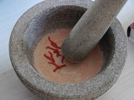 préparation dans mortier en gré et pilon