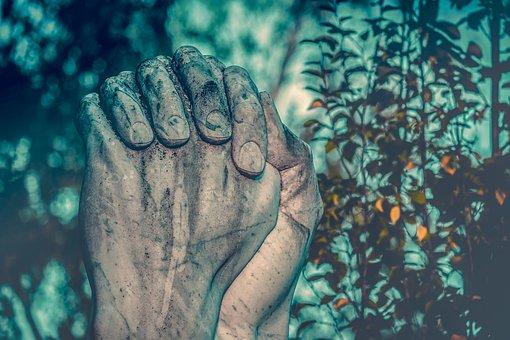 main croisé pour prier