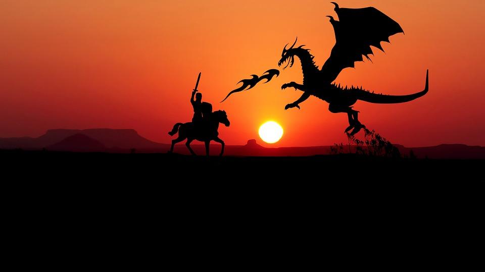 chevalier affrontant un dragon au coucher du soleil