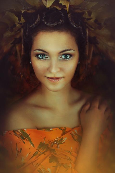 très belle jeune femme portant une couronne de feuilles symbolisant la Déesse Vesta.