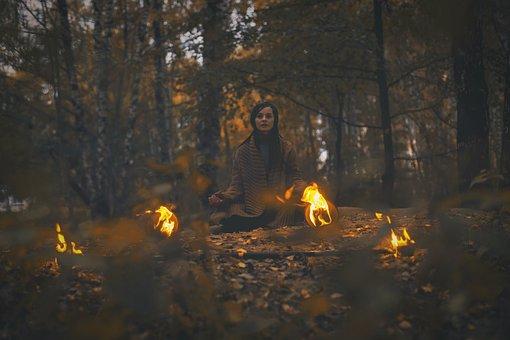 femme procédant a un rituel de feu