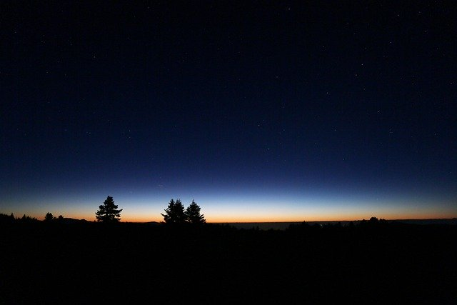le jour point a l horizon d une montagne