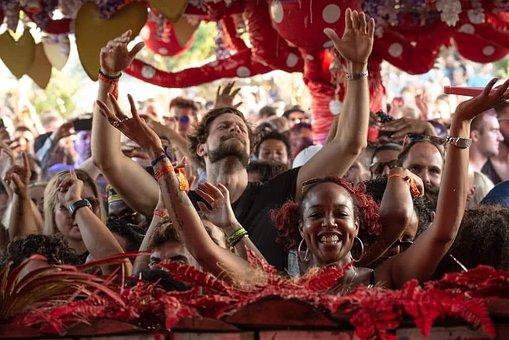 groupe de personne lors dune fête avec de la joie et des sourires.