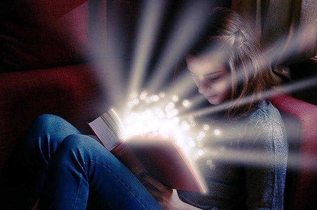 livre de magie tenue par une jeune fille